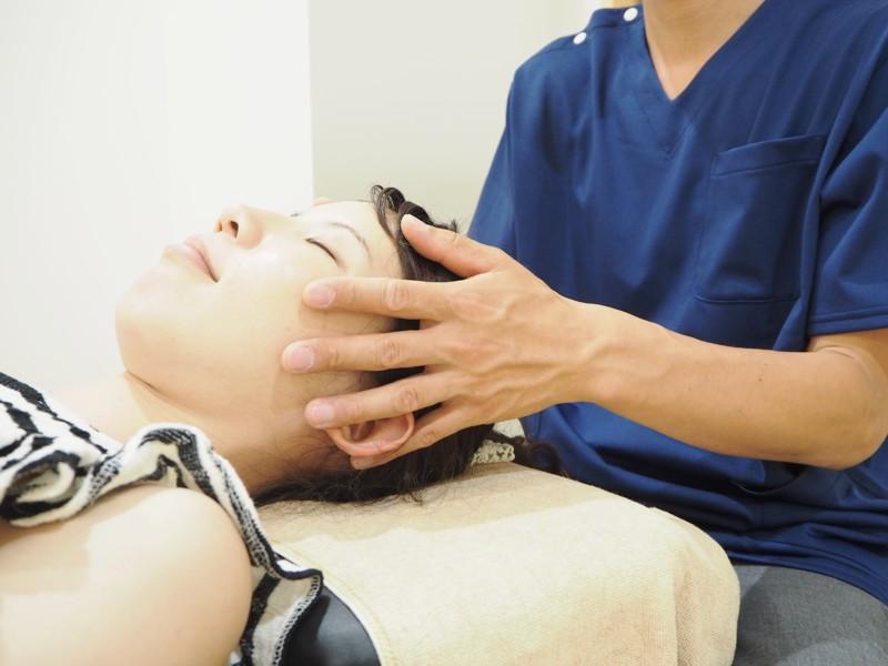 頭部の施術写真